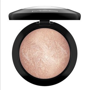 NWT MAC Mineralize Skinfinish in Soft & Gentle